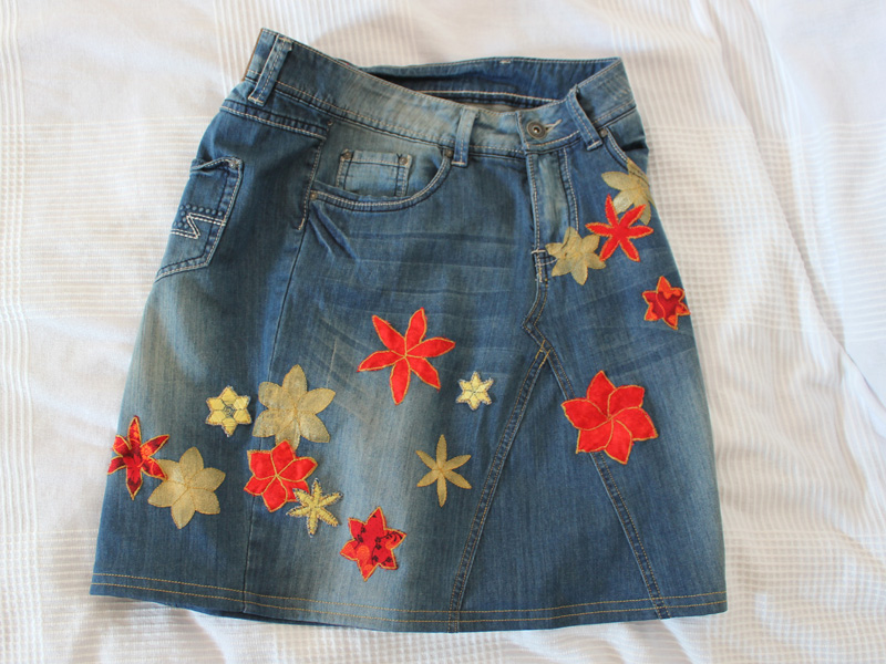 The jeans skirt with the coded flowers